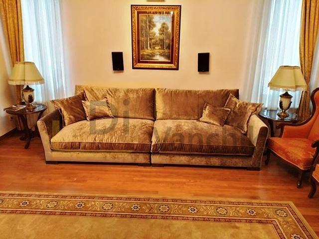 прямой диван золотистый