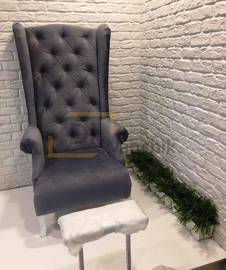 кресло серое с высокой спинкой
