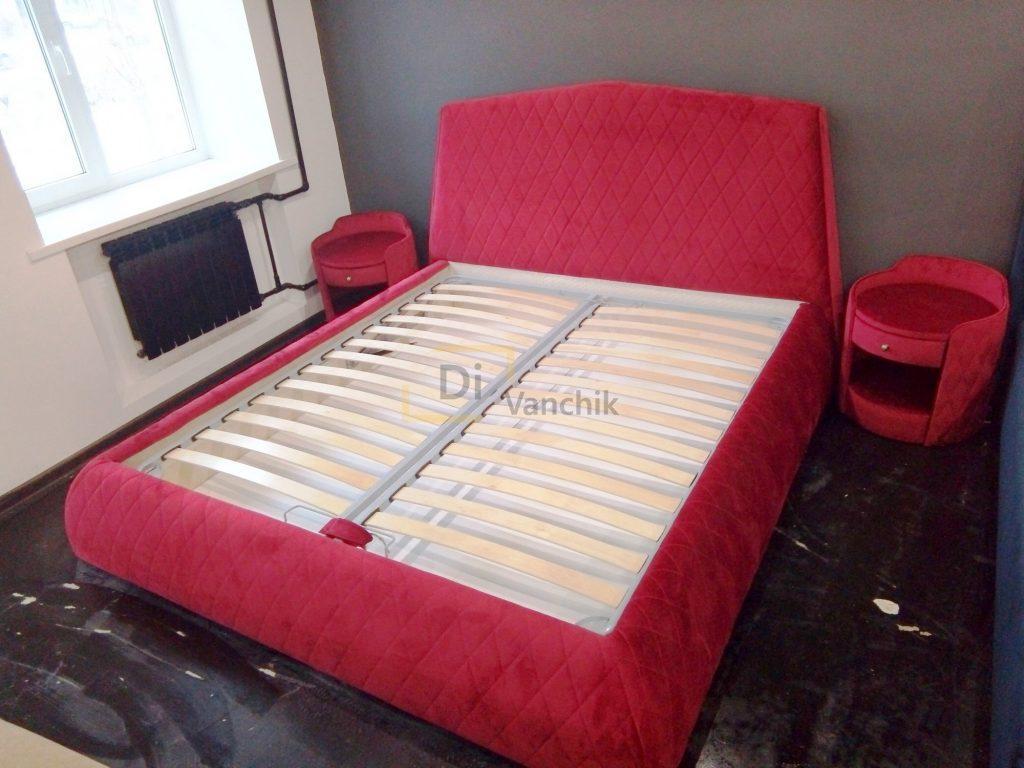 красная кровать мягкая с тумбами
