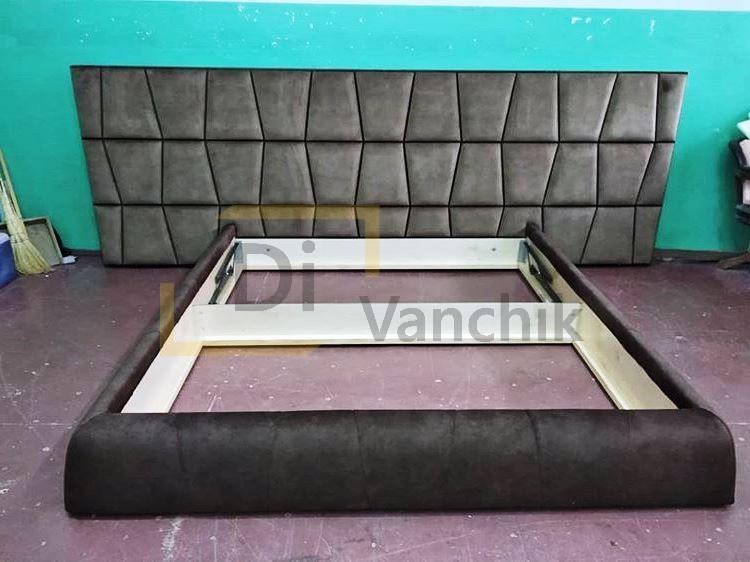 кровать с большой спинкой мягкой
