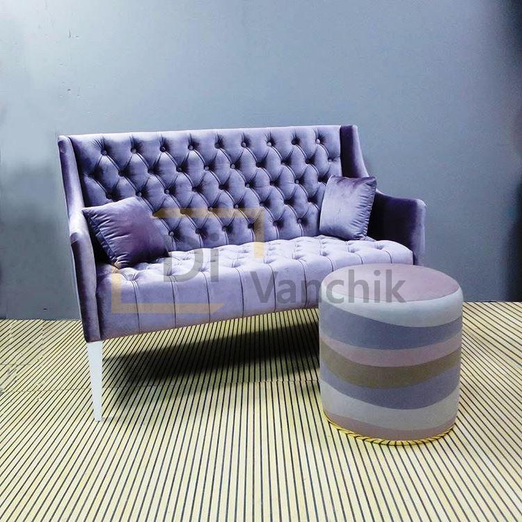 небольшой фиолетовый диван с пуфом