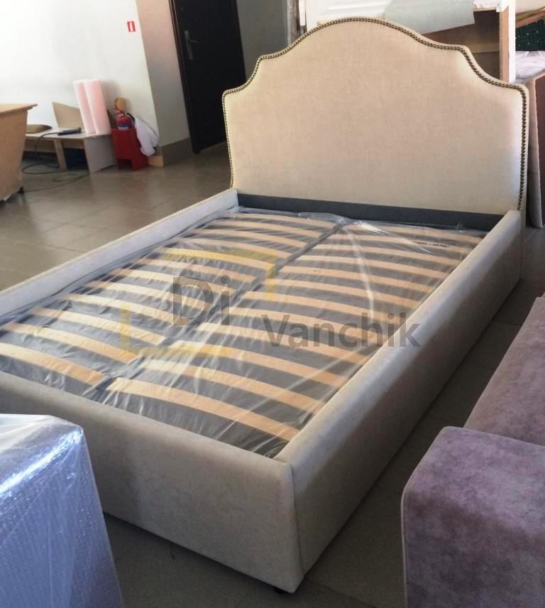 мягкая белая кроватка небольшая