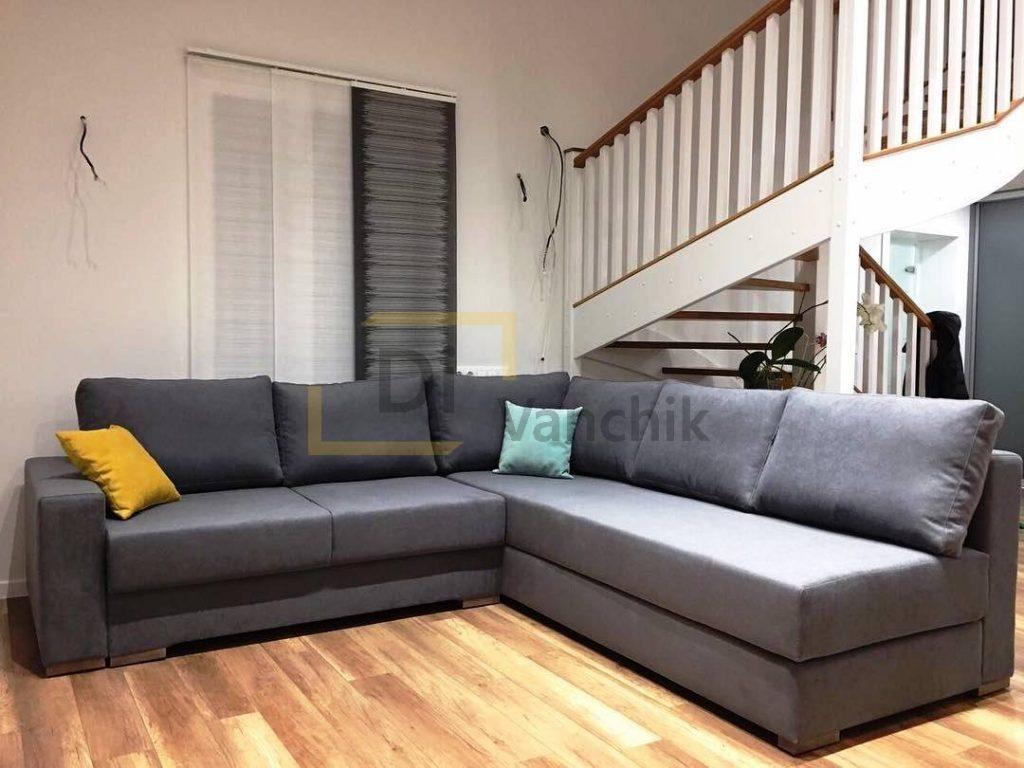 угловой диван под лестницей