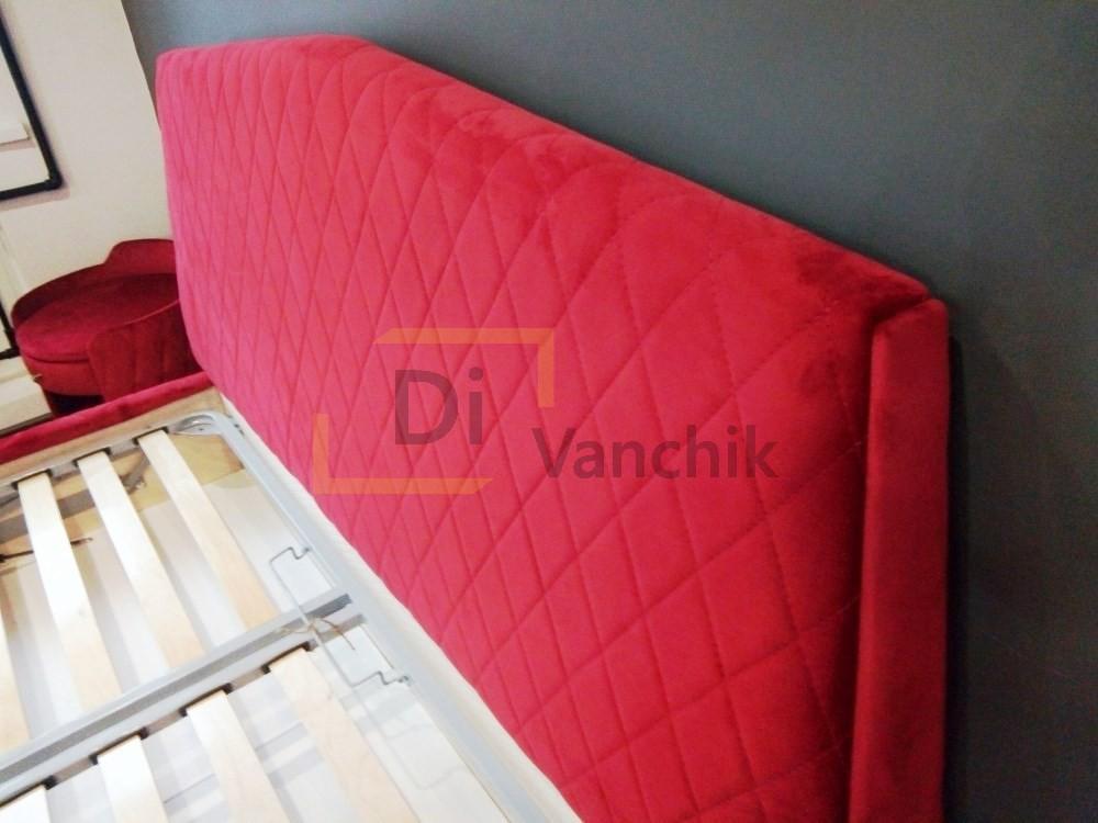 мягкое изголоьве кровати в красном цвете