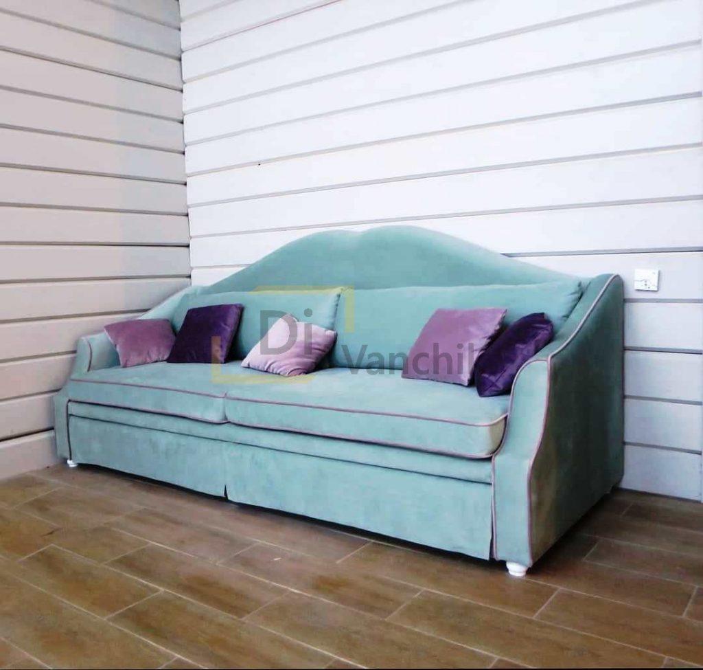 голубой диванчик с необычной спинкой