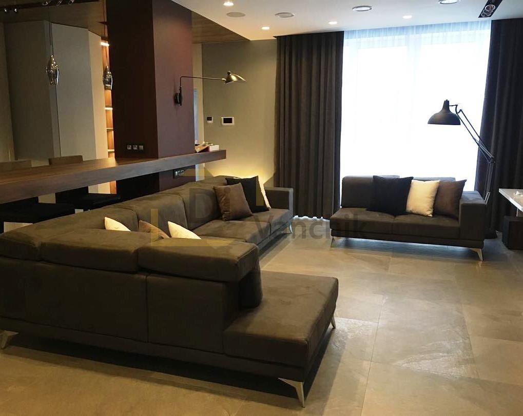 два угловых дивана в гостиной