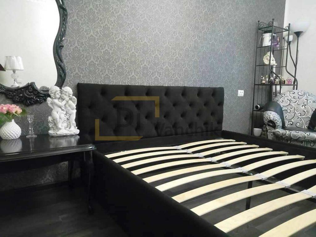 Черная кровать с мягкой спинкой