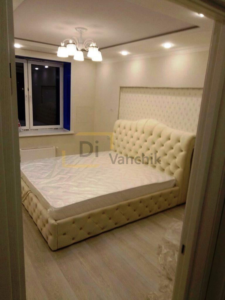 белая мягкая кровать в пиковке