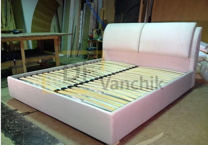 светлая кровать с мягкими частями