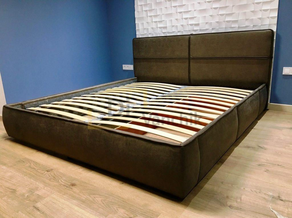 коричневая кровать мягкая для студии