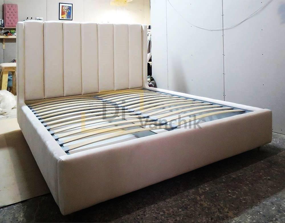 мягкая кровать с интересной спинкой