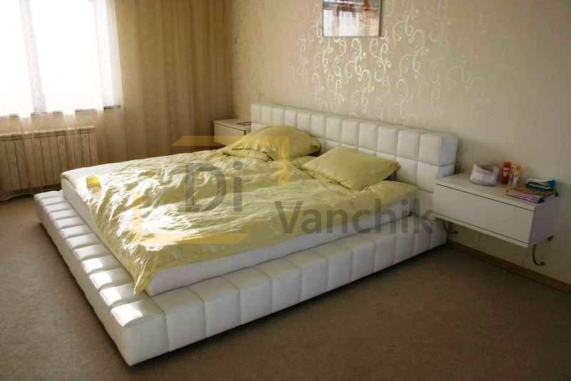 большая мягкая кровать в белом на заказ