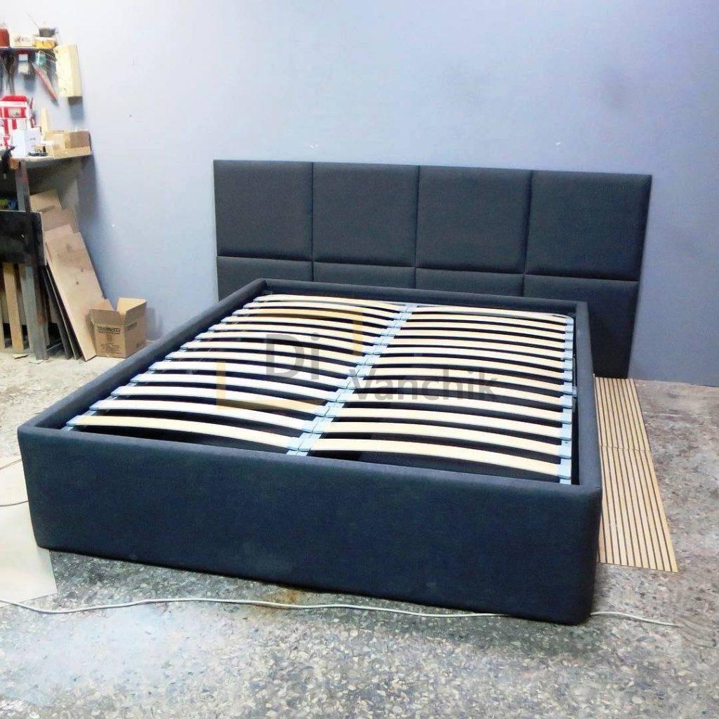 кровать мягкая квадратами темная