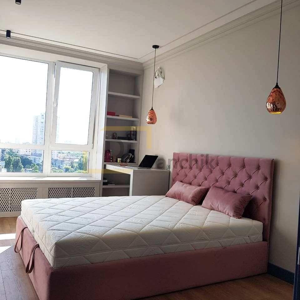 кровать розовая мягкая для спальни