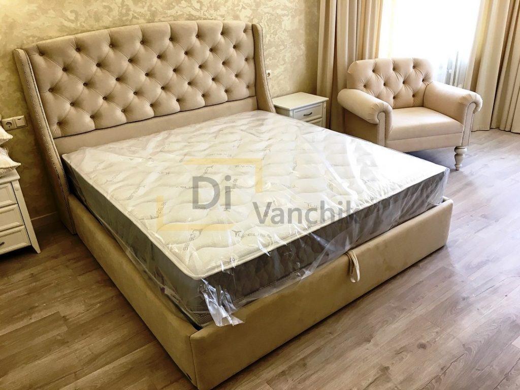 мягкая кровать и кресло светлое