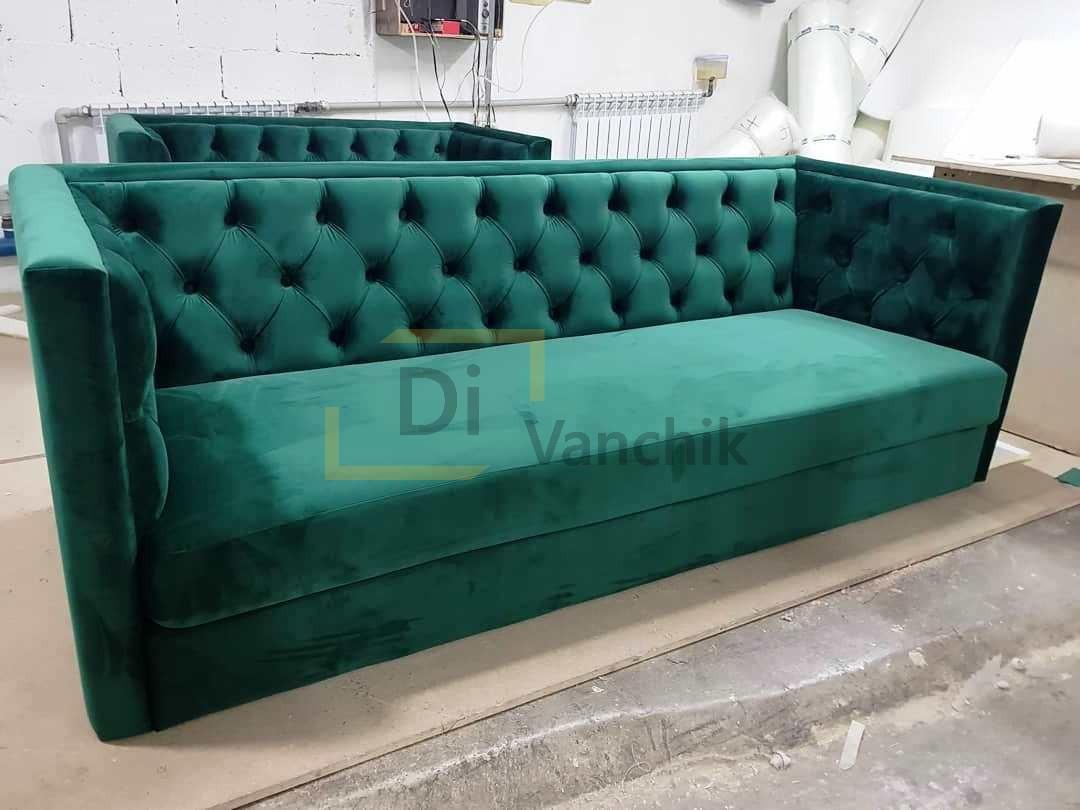 зеленый прямой диван с пиковкой спинка