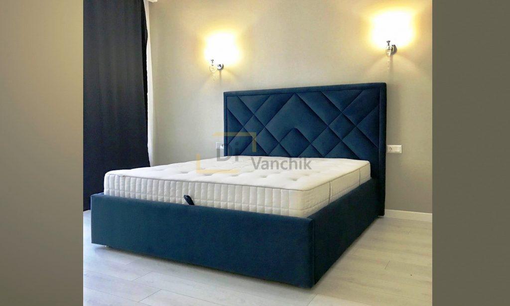 синяя кровать с мягким изголовьем и механизмом