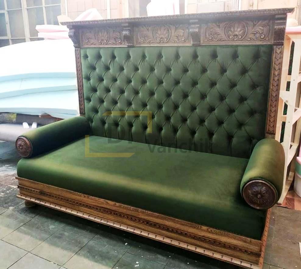 диван с деревянным каркасом и обводкой