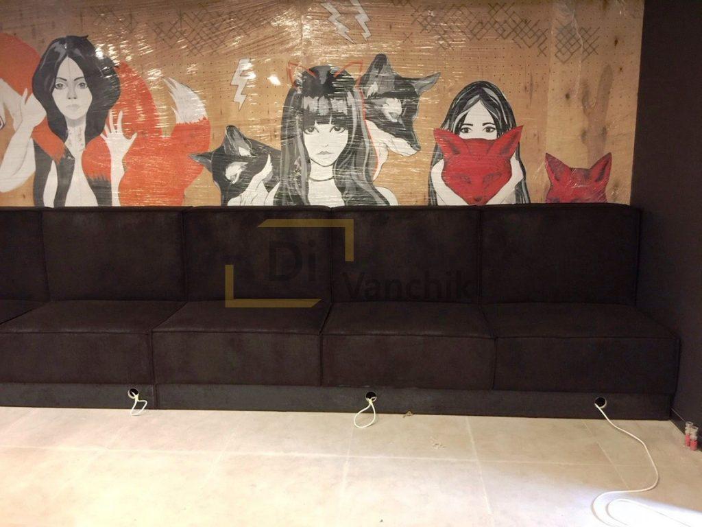 диван под стенкой в баре