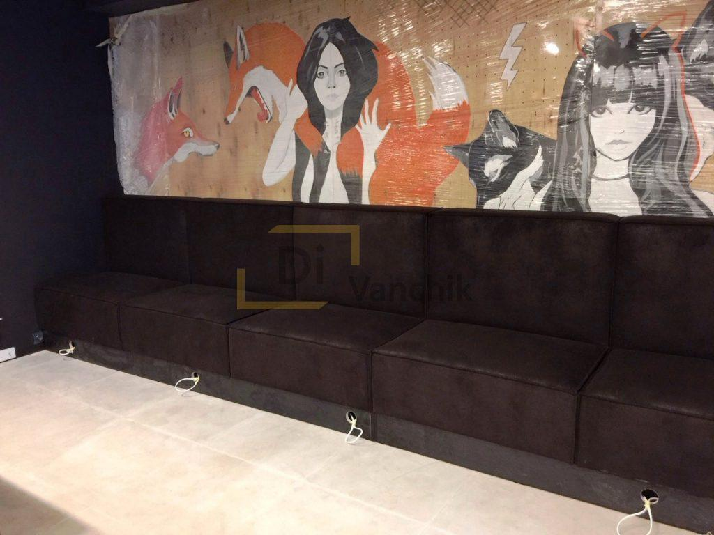 диван под стенкой в баре черный