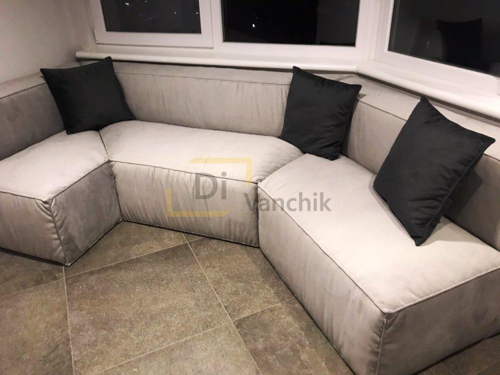 диван в эркер на балконе