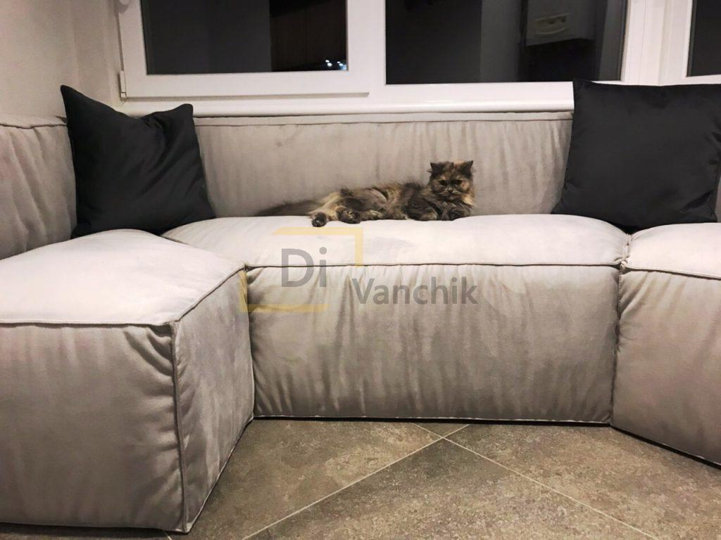 диван в эркер на балконе серый