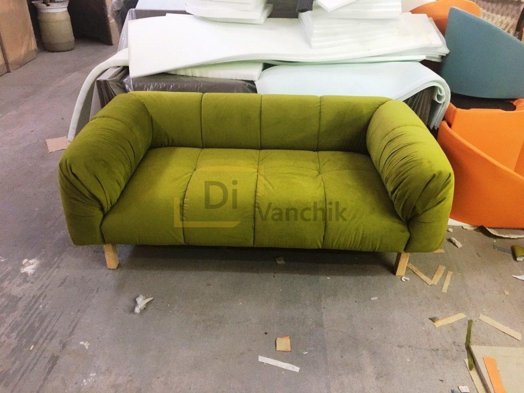 зеленый диван в офис компании