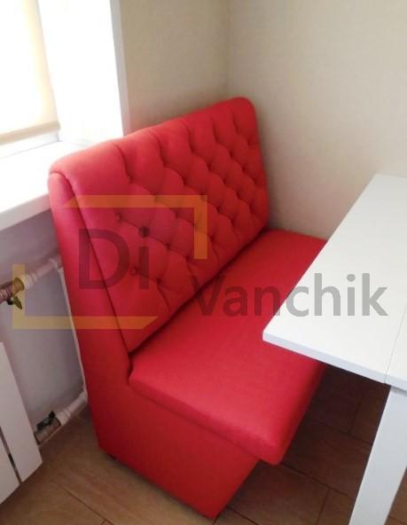 красный небольшой диван для кухни с нишей