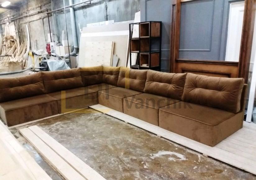 угловой коричневый диван под стенку