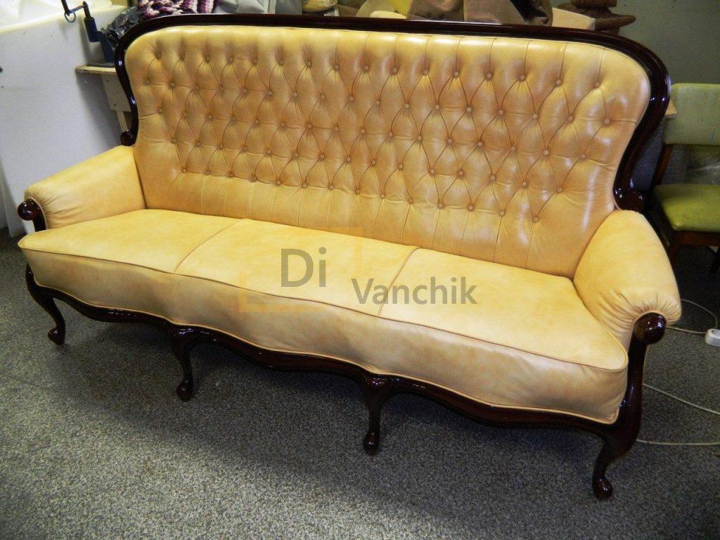 диван кожаный с деревянной обводкой