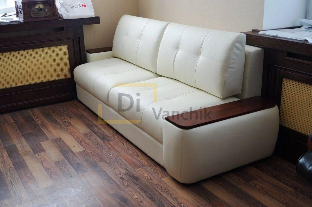 мягкий диван с подлокотниками