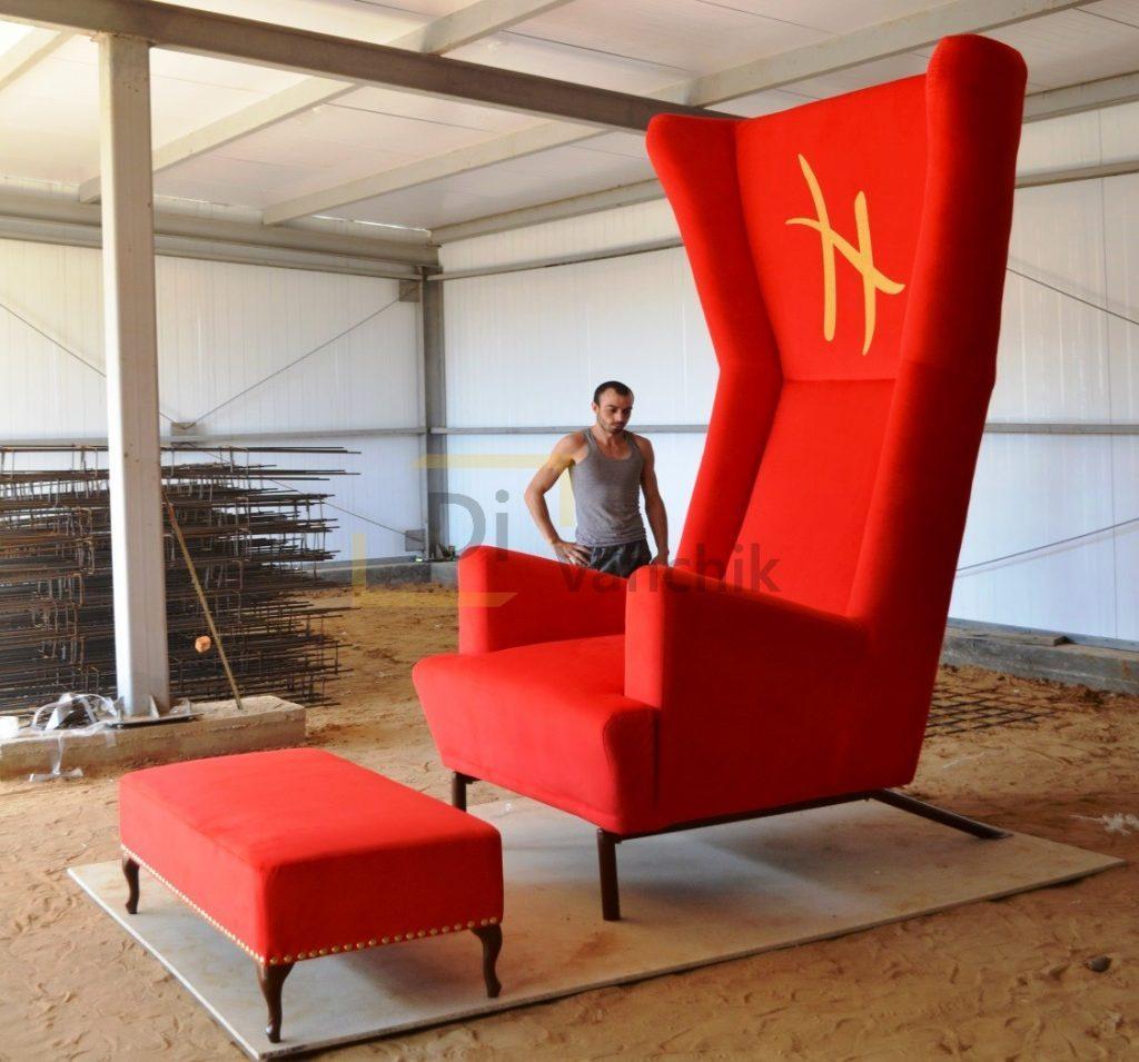 большое выставочное кресло