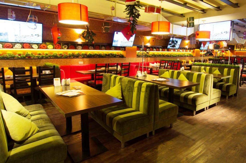 зеленые диваны в кафе