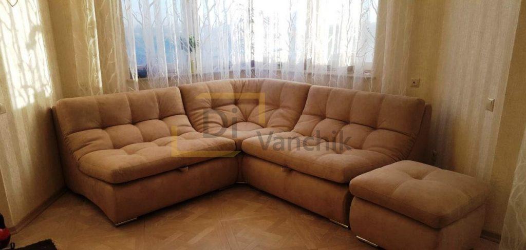 пушистый диван с пуфом