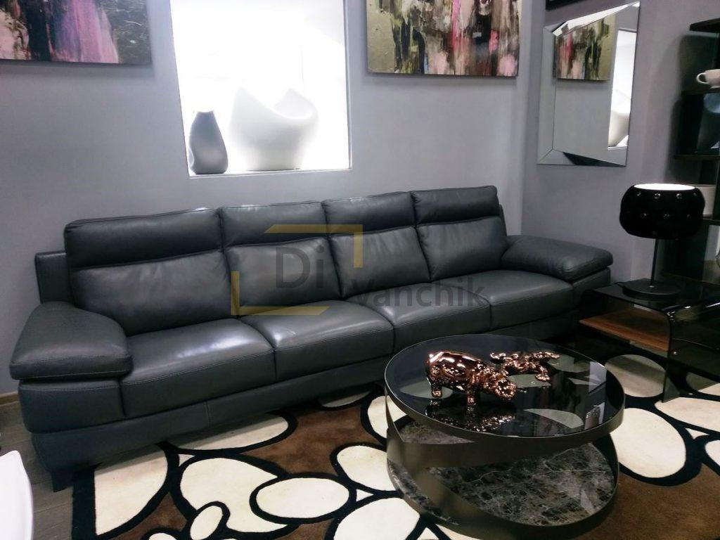 черный кожаный диван в салон